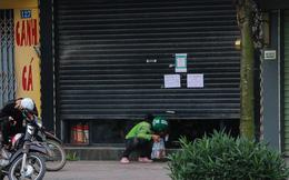 Ảnh: Cửa hàng mở hé cửa, mua bán thò thụt trong những ngày cách ly xã hội