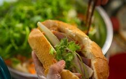 """Bánh mì Việt Nam, hành trình từ ổ bánh """"thượng lưu"""" cho đến món ăn đường phố làm kinh ngạc cả thế giới"""