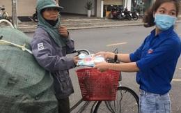 """Hình ảnh đẹp tại điểm phát cơm miễn phí ở Đà Nẵng: """"Cô chỉ nhận áo mưa, còn cơm cô nhường người khác cần hơn. Nhà cô nấu cơm rồi con..."""""""