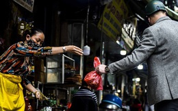 [Ảnh] Khu chợ độc đáo tại Hà Nội, người bán đứng cách người mua 2 mét trên vạch kẻ sơn