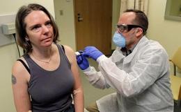 """Người đầu tiên trên thế giới thử nghiệm vắc-xin Covid-19 kể lại cảm giác sau tiêm: """"Tôi thấy sốt, tay rất đau, cảm giác đơn giản giống tiêm phòng cúm thông thường"""""""