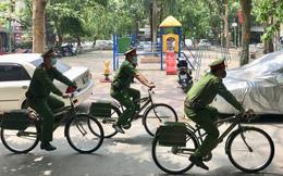 Ảnh: Công an Hà Nội đạp xe nhắc nhở, tuyên truyền chống dịch Covid-19