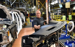 Mở lại nhà máy ô tô thời COVID-19 thế nào: Ford cho mọi công nhân đeo vòng phát hiện người cách xa 2m