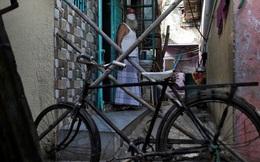 Cuộc sống ở một trong những khu ổ chuột lớn nhất châu Á trong những ngày áp đặt lệnh phong tỏa toàn Ấn Độ giữa dịch Covid-19