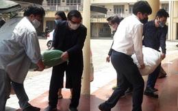 Hình ảnh Hiệu trưởng và phó Hiệu trưởng tự tay bê gạo, chuyển quà hỗ trợ cho sinh viên mùa COVID-19 gây xúc động mạnh