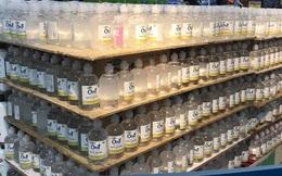 Hết thời chen lấn, khẩu trang và nước rửa tay giảm giá chất đầy kệ