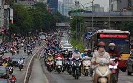 Ảnh: Ngày đầu tiên sau khi nới lỏng cách ly xã hội, đường phố Hà Nội đông đúc kéo dài, người dân chật vật đi làm dưới mưa