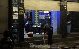 Nhiều người dọn dẹp cửa hàng lúc đêm khuya sau lệnh dừng cách ly