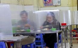 """Quán cơm tại Hà Nội lắp kính chắn giọt bắn chống dịch COVID-19 để đón khách: """"Hành động đơn giản mà thiết thực"""""""