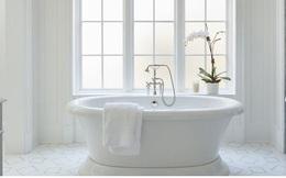 Phòng tắm sang trọng, hiện đại hơn với bồn oval đơn sắc