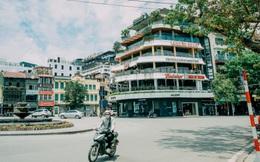 Hồ Hoàn Kiếm ngày cuối tuần bình yên, cuộc sống chậm lại khiến cho nhiều người chợt nhận ra nơi đây có nhiều thứ đẹp mà ngày thường chẳng hề hay biết