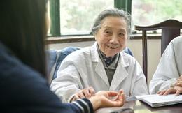 """99 tuổi vẫn nhanh nhẹn, khỏe khoắn để khám bệnh, hát karaoke: Bác sĩ Trung Quốc tiết lộ bí quyết đến từ """"2 món KHÔNG ăn, 4 việc MIỄN PHÍ cần làm"""""""