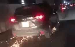 Hà Nội: Sau va chạm, xe Mazda kéo lê xe đạp điện, tia lửa bắn tung toé dưới lòng đường