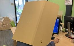 Dân công sở Nhật làm việc tại nhà đeo bìa carton mỗi khi họp online, lý do đằng sau khiến bất cứ ai cũng té ngửa!