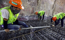 Công nhân làm việc dưới hầm sâu 19 mét ga Nhổn - Ga Hà Nội ngày nắng nóng
