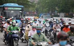 Đường phố Hà Nội đông nghịt ngày đầu học sinh các cấp trở lại trường