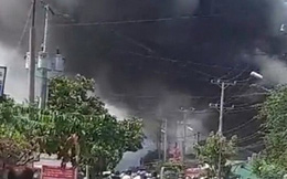 Cháy dữ dội ở huyện Cần Giuộc, tỉnh Long An, cột khói cao ngút