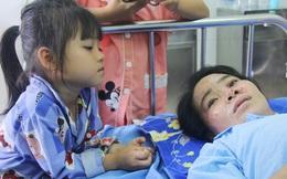 """Bố mẹ bị vùi trong đống đổ nát vụ sập công trình kinh hoàng, 2 đứa trẻ bơ vơ trong bệnh viện: """"Tụi nhỏ không chịu ăn, cứ lo mẹ sẽ chết"""""""
