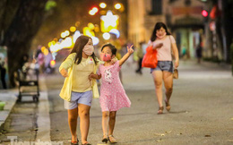 Người dân kéo lên phố đi bộ Hồ Gươm sau 'kỳ nghỉ COVID-19'