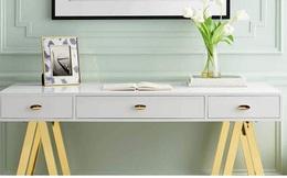 Những chiếc bàn làm việc màu trắng làm sáng không gian