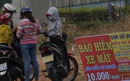 """Bảo hiểm xe máy 10.000 đồng mọc lên như nấm ở lề đường Sài Gòn, người mua nguy cơ """"tiền mất tật mang"""""""