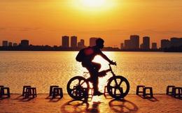 Giới trẻ Hà Nội rần rần chia sẻ hình ảnh về một thú vui quen thuộc: Đi ngắm hoàng hôn hồ Tây để thấy Thủ đô mình cũng đẹp và nên thơ đến nhường nào