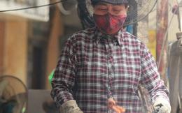 """Nỗi vất vả của những người Hà Nội phải làm việc hàng tiếng bên bếp lửa, dưới nắng nóng hơn 40 độ C: """"Nấu ăn, nướng thịt mùa này chẳng khác nào cực hình"""""""