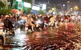 TP HCM: Cận cảnh ngàn người bơ phờ, bì bõm trong đêm