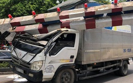 Hà Nội: Xe tải đâm gẫy cột giới hạn chiều cao cầu vượt Tây Sơn, giao thông giữa trưa nắng ùn tắc