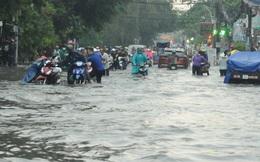 Hàng ngàn người chật vật trên các tuyến đường ngập như sông ở TP HCM