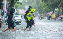 Người Sài Gòn ngã sõng soài trong mưa lớn, sinh viên cõng nhau dưới mưa qua 'biển nước' Thảo Điền