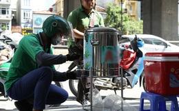 """Hà Nội: Giữa nắng nóng kinh hoàng, có 1 quán trà chanh với khăn lạnh miễn phí giúp người lao động nghèo """"giải nhiệt"""" sau giờ lao động vất vả"""