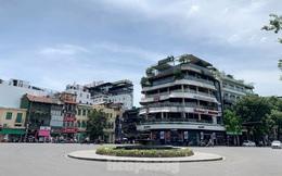 Nắng 50 độ C, đường Hà Nội vắng 'như chùa bà đanh'