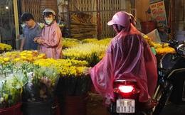 Đêm trước tết Đoan ngọ, người dân đội mưa đến chợ hoa lớn nhất Sài Gòn