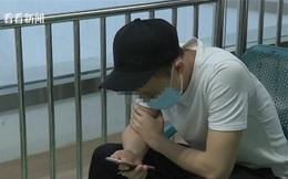 Đây là tư thế dùng điện thoại phổ biến ở rất nhiều người và một chàng trai 17 tuổi suýt bị bại liệt do tư thế đó
