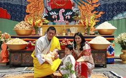"""Vợ chồng Hoàng hậu """"vạn người mê"""" Bhutan chính thức công bố tên con trai thứ 2 và loạt ảnh hiện tại của đứa trẻ khiến dân mạng xuýt xoa"""