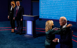 Kết thúc cuộc tranh luận, gia đình Joe Biden thể hiện tình cảm mặn nồng, trong khi nhà ông Trump lại có động thái hoàn toàn trái ngược