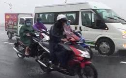 Clip: Hàng loạt ô tô đi chậm trên cầu để chắn gió to cho xe máy, hành động đẹp giữa cơn bão khiến nhiều người ấm lòng