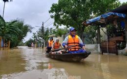 Ngập sâu cả mét, nhiều người Đà Nẵng lội nước, chèo thuyền cả km để đi chợ
