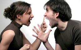 2 vợ chồng đang cãi nhau nảy lửa trong tiệm bánh, trưởng thôn chỉ vào những cái bánh rồi nói 1 câu, cả 2 lập tức im bặt