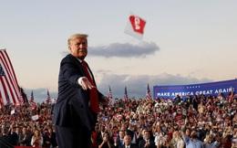 """""""Tôi thấy rất mạnh mẽ"""": Ông Trump tái xuất sau khi khỏi bệnh, ném khẩu trang cho người ủng hộ"""