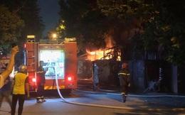 Cháy lớn tại gara ô tô và kho đồ nhựa ở Hà Nội