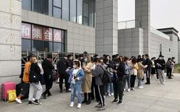 Bên trong 'thành phố iPhone' ngay trước thời điểm iPhone 12 lên kệ: Công nhân làm việc ca 10 tiếng, nhu cầu tuyển dụng bất tận, người trẻ tứ phương ồ ạt đến xin việc