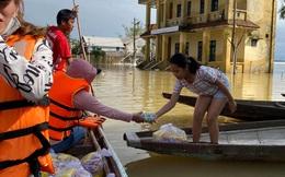 Bơi xuồng trong lũ nhận quà cứu trợ