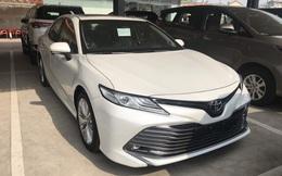 Toyota Camry 'full option' dọn kho giá hơn 1,1 tỷ đồng tại đại lý