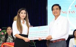 Tiên Nguyễn đại diện nhà tỷ phú Johnathan Hạnh Nguyễn trao 2 tỷ hỗ trợ miền Trung, 1,3 tỷ cho gia đình 13 cán bộ gặp nạn ở Rào Trăng 3