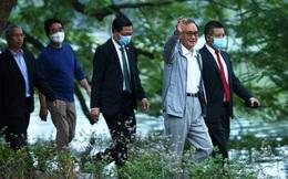 Thủ tướng Nhật Bản Suga Yoshihide đi dạo Hồ Gươm trước khi rời Việt Nam