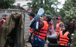 Theo chân đoàn cứu trợ đạp nước dữ vào tâm lũ Quảng Bình tiếp tế cho người dân bị cô lập: Bao nhiêu vất vả bấy nhiêu tình!