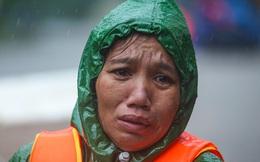 [Ảnh] Người phụ nữ ở Quảng Bình lao ra dòng nước lũ xin đồ ăn cho mẹ già bật khóc khi được cứu hộ khỏi ghe lật