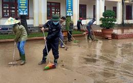"""[Ảnh] Nước lũ rút, các trường học vùng lũ Quảng Bình đối đầu với """"cuộc chiến"""" mới"""